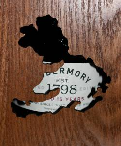 Tobermory 15 years old behind wooden box with carved shape of Islay of Mull (EN)